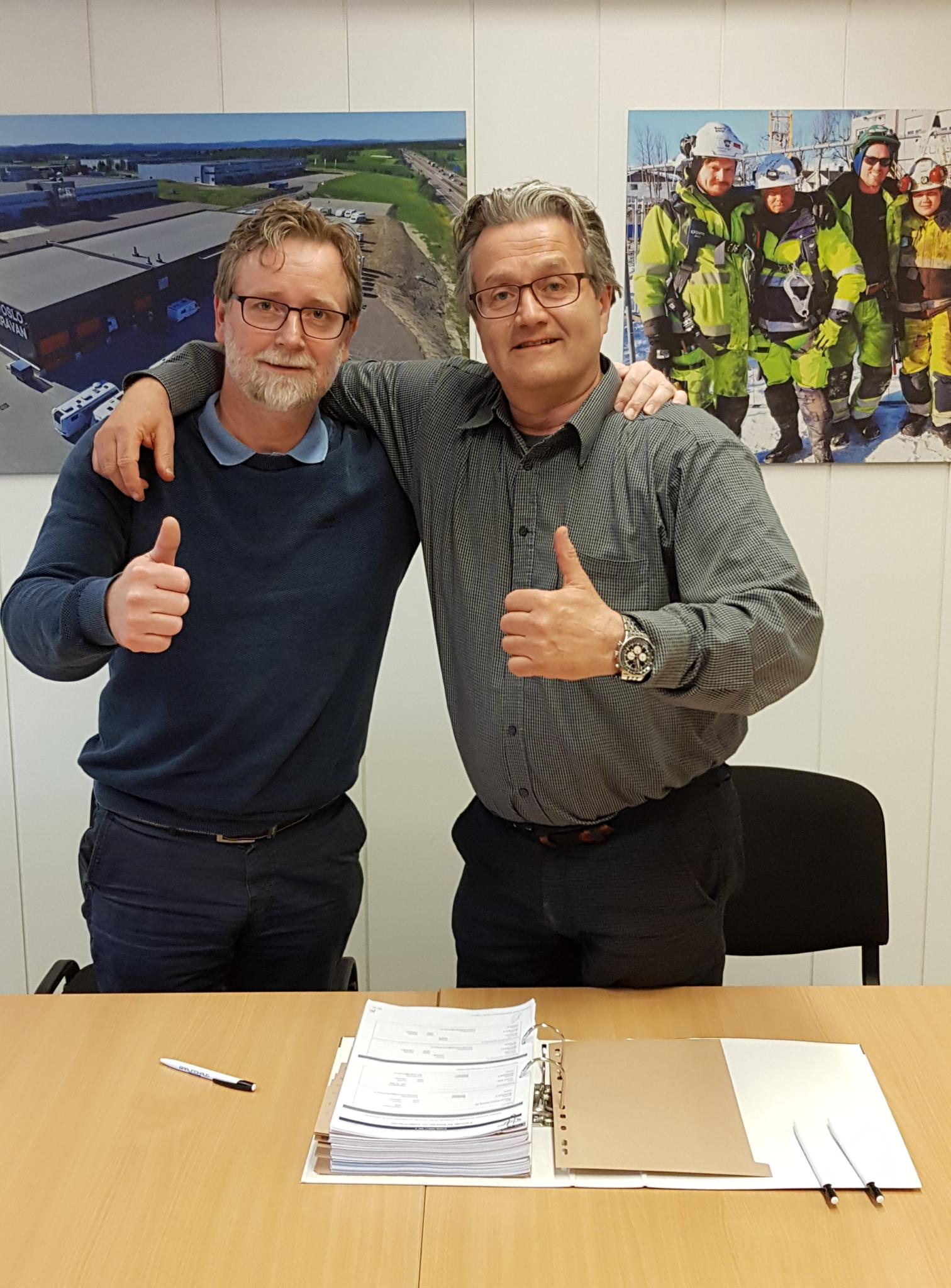 Til venstre Henning Hemstad, Barlindhaug Eiendom, til høyre Jørn Bogen, daglig leder Consto Eide